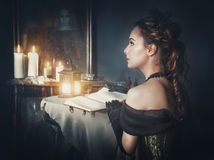 Mulher bonita no vestido retro e no fantasma no espelho Imagens de Stock