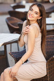 Mulher bonita no vestido 'sexy' em uma cadeira fotos de stock
