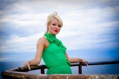 Mulher bonita no vestido verde Imagem de Stock
