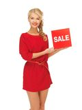 Mulher bonita no vestido vermelho com sinal da venda Fotos de Stock Royalty Free