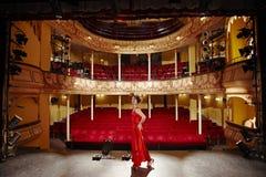 Mulher bonita no vestido vermelho na fase imagem de stock