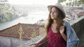 Mulher bonita no vestuário desportivo que anda na rua de Porto video estoque