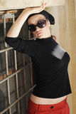 Mulher bonita nos óculos de sol e no Kerchief Imagens de Stock Royalty Free