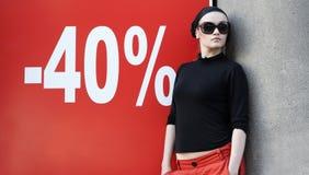 Mulher bonita nos óculos de sol e no Kerchief Fotos de Stock