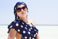 Mulher bonita nos óculos de sol na praia. estilo árabe Imagens de Stock Royalty Free