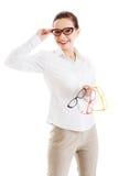 Mulher bonita nos monóculos que guardam três pares diferentes de ey Fotos de Stock