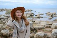 A mulher bonita nova anda no mar Fotos de Stock Royalty Free