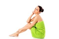 Mulher bonita nova após o retrato completo do banho isolado sobre o branco imagens de stock
