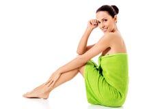 Mulher bonita nova após o retrato completo do banho isolado sobre o branco imagem de stock royalty free
