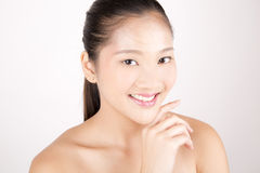Mulher bonita nova asiática com sorriso sem falhas da tez Fotografia de Stock Royalty Free