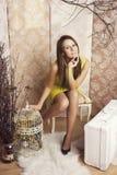 Mulher bonita nova brilhante que levanta com uma gaiola imagem de stock royalty free