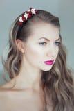 Mulher bonita nova com as flores no cabelo e nos olhos azuis Fotografia de Stock Royalty Free