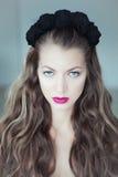 Mulher bonita nova com as flores no cabelo e nos olhos azuis Imagens de Stock Royalty Free