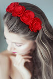 Mulher bonita nova com as flores no cabelo e nos olhos azuis Fotos de Stock