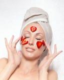 Mulher bonita nova com bloco cosmético dos termas Fotos de Stock