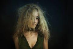 Mulher bonita nova com cabelo curly disheveled imagem de stock