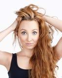 Mulher bonita nova com cabelo de Brown e o gabinete longos dos olhos de Big Blue Fotos de Stock Royalty Free