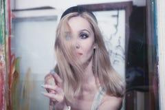 Mulher bonita nova com cabelo louro longo Fotografia de Stock