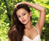 Mulher bonita nova com cabelos longos outdoors imagens de stock royalty free