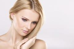 Mulher bonita nova com cabelos louros bonitos Imagem de Stock