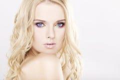 Mulher bonita nova com cabelos louros bonitos Imagens de Stock