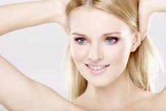 Mulher bonita nova com cabelos louros bonitos Foto de Stock