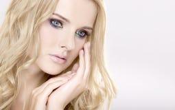 Mulher bonita nova com cabelos louros bonitos Fotografia de Stock