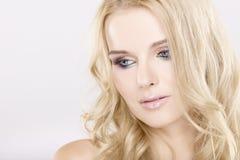 Mulher bonita nova com cabelos louros bonitos Foto de Stock Royalty Free
