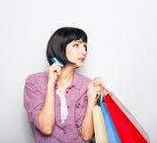 Mulher bonita nova com cartão e sacos de compras de crédito Fotos de Stock Royalty Free