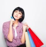 Mulher bonita nova com cartão e sacos de compras de crédito Imagens de Stock Royalty Free