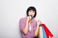 Mulher bonita nova com cartão e sacos de compras de crédito Foto de Stock Royalty Free