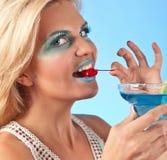 Mulher bonita nova com cocktail Fotos de Stock