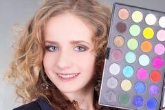 A mulher bonita nova com compo a paleta Imagens de Stock Royalty Free