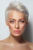 Mulher bonita nova com composição fresca limpa fotografia de stock royalty free