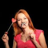 Mulher bonita nova com coração vermelho grande Fotos de Stock Royalty Free