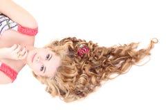 Mulher bonita nova com encontro longo do cabelo encaracolado foto de stock royalty free