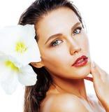 Mulher bonita nova com fim da flor de Amarilis isolada acima no wh Foto de Stock