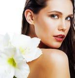 Mulher bonita nova com fim da flor de Amarilis isolada acima no wh Imagens de Stock Royalty Free