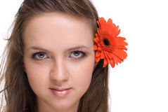 Mulher bonita nova com flor alaranjada fotos de stock royalty free