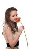 Mulher bonita nova com flor alaranjada fotos de stock