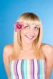 Mulher bonita nova com flor cor-de-rosa imagens de stock