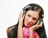 Mulher bonita nova com fones de ouvido que aprecia a música Fotos de Stock