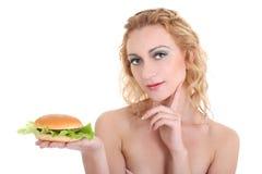Mulher bonita nova com Hamburger fotos de stock