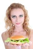 Mulher bonita nova com Hamburger imagens de stock royalty free