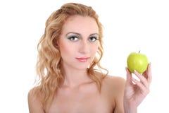 Mulher bonita nova com maçã verde fotos de stock