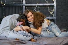 Mulher bonita nova com o cão preto do doberman Imagem de Stock Royalty Free