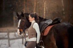 Mulher bonita nova com o retrato exterior do cavalo no dia de mola fotos de stock royalty free