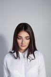 Mulher bonita nova com os olhos fechados sobre o fundo branco Co Fotografia de Stock