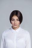 Mulher bonita nova com os olhos fechados sobre o fundo branco Copie o espaço Fotografia de Stock Royalty Free
