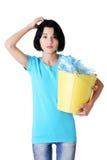 Mulher bonita nova com recicl do escaninho de lixo Fotografia de Stock Royalty Free